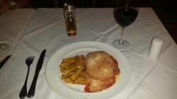 Filleto a Parmeggiana com batatas coradas fritas