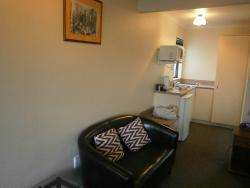 Lounge & kitchenette