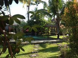 vue du jardin et de la piscine sur la terrasse de la chambre
