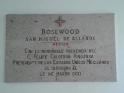 la placa de la inauguración del hotel