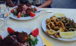 Assiette de méli-mélo pour l'apéro et salades de chèvre chaud