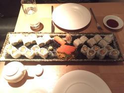 Rolls, salmone e avocado, California, Sashimi salmone e nighiri salmone