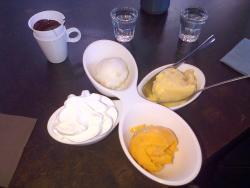 Glace maison (mangue, passion, citron), chantilly et chocolat chaud