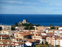 Вид на побережье Скалеи и башню Талао из Нового города