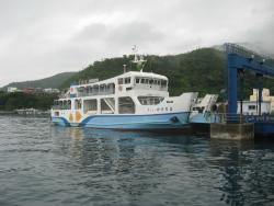 町営の「フェリーかけろま」奄美大島側の古仁屋との間を20分位で結んでいます