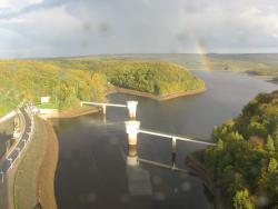 Vue générale sur le barrage et environs.