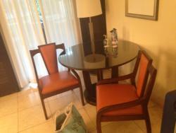 Tafel met 2 stoelen in de kamer