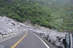 燕子口へ行く前の道、凄い落石の後