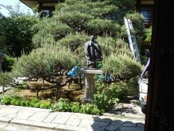 庭園は植木屋さんが手入れ中で写真は遠慮しましたが、日円上人か日蓮上人かは不詳ですが庭園入口に像がありました