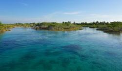 Lago Bacalar (Lake of the Seven Colors)
