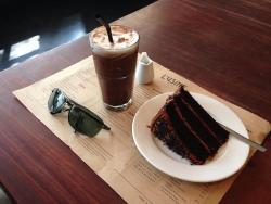 เค้กช็อกโกแลตกับกาแฟเย็น ฟิน ๆ