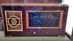 Muitos rádios de época.