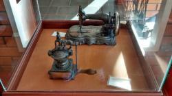 Máquina de costura e moedor de pimenta.
