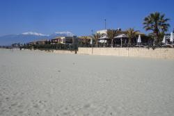Вид с пляжа на отель и Олимп