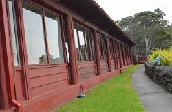 食堂(左側)近くで、ハレマウマウ火口見学です。