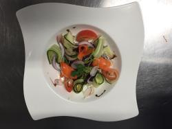 Millefeuille maison à la fraise et salade printanière préparée de différentes façons.