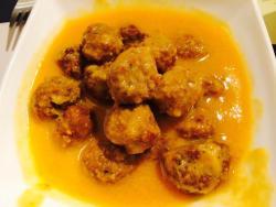 Raviolis de sobrasada, ensalada de que se menorquín, albondigas con salsa de almendras y espárra
