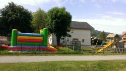 aire de jeux avec chateau gonflable
