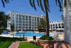 Zicht op zwembad en deel van het hotel