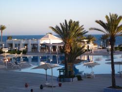 Grand bar de la piscine près de la mer et partie de la grande piscine