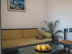 Soggiorno con divano letto e piccola TV e tavolo