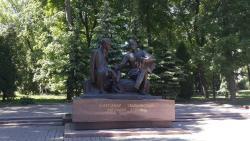 Памятник А. Твардовскому и В. Теркину