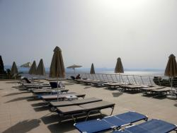 Espace à côté de la piscine avec vue sur mer