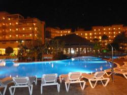 Hotel i baseny nocą
