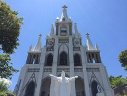 青空に映える白亜の教会