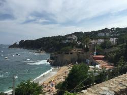 Playa cercana con hotel al fondo