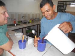 De la foresta a la mesa, Fernando, el dueno,sirviendonos el desayuno con jugo de acai que hizo e