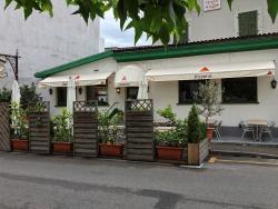 Вход в ресторан и столики на улице
