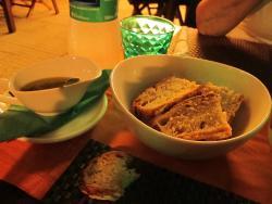 Superbe pain cuit maison et son huile aillée