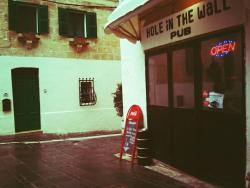 ‪Hole in the Wall Pub‬