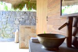 Beautiful semi-outdoor bathroom in the Bungalow
