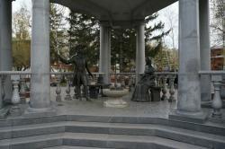 Памятник А. Пушкину и Н. Гончаровой