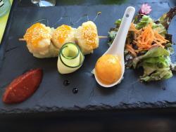 Voilà les délices d'entrée : huîtres gratinées à gauche et brochette de St Jacques à droite