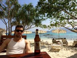 El restaurante y bar en la playa
