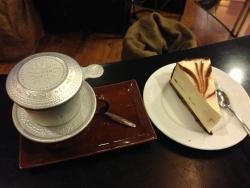コーヒーとケーキ。ケーキも中々のお味です。