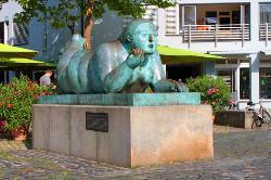 Liegende mit Frucht - Skulptur von Botero