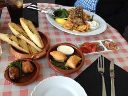 Vorne Tapas, hinten das griechische Gericht