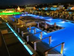 basen w nocy, pieknie oświelony :)