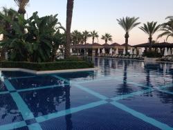 территория отеля бассейн
