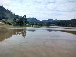 Antes da barragem forma um lindo lago.