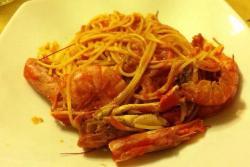 Gli spaghetti dello chef (scampi, gamberi, pomodoro, il tutto sfumato con il brandy).