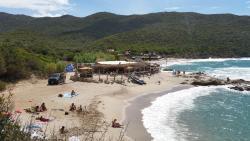 La plage de Cala D'Orzu en contrebas et ses paillotes renommées