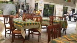 Интерьер уличных столиков ресторанчика