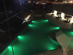 Kolam renang di malam hari