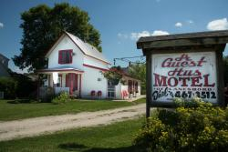 A Guest Hus Motel and Historic Knotty Pine Cabins
