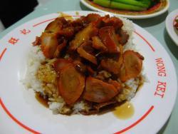 肉が赤い焼豚飯
